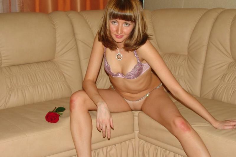 Фифа ласкает себя розой на бежевом диване