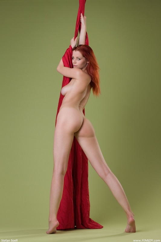 Рыжая Ариэль не против голышом оттачивать навыки воздушной гимнастки