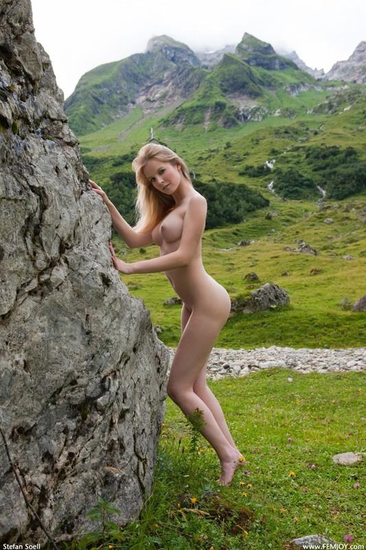 Белинда блистает идеальным торсом на Альпийских лугах