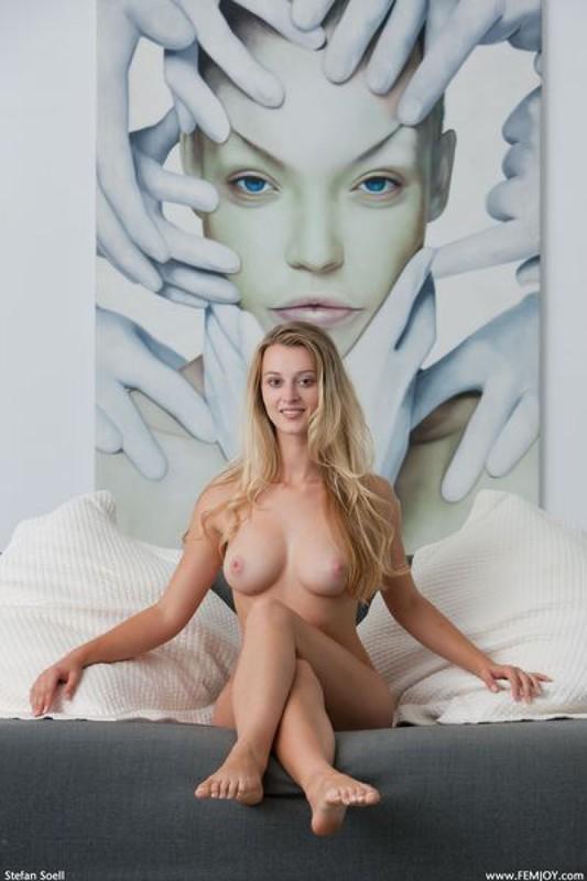 Карина блистает подтянутой фигурой на сером тахте секс фото