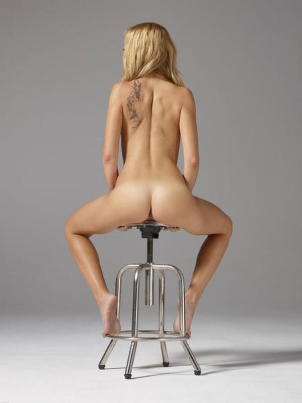Сидя на металлическом стуле Памелла показывает вагину смотреть эротику