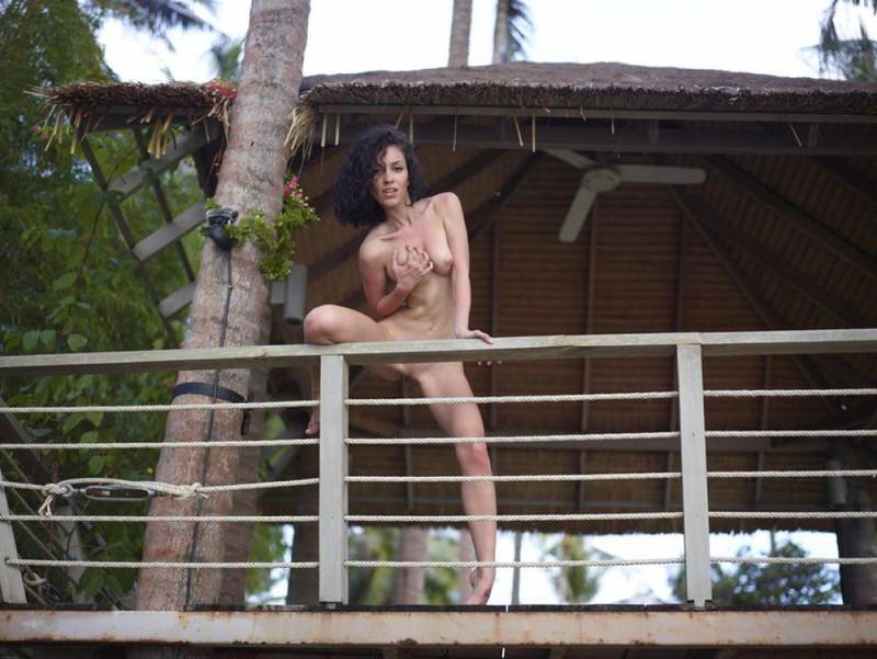 Анжела теребонькает на балконе хижины
