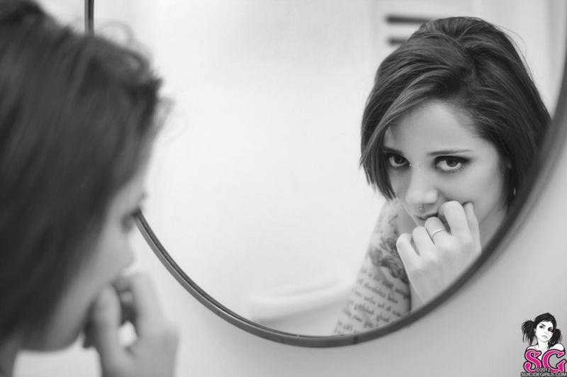 Памела стала перед зеркалом в голом виде