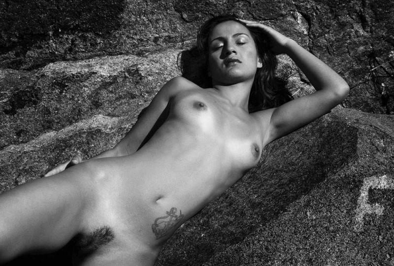 Полностью голая Айнара лежит на камне