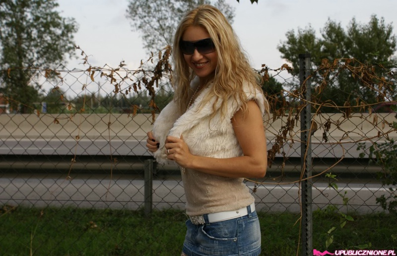 Блолнда в чулочках поднимает юбку показывая письку в публичных местах секс фото