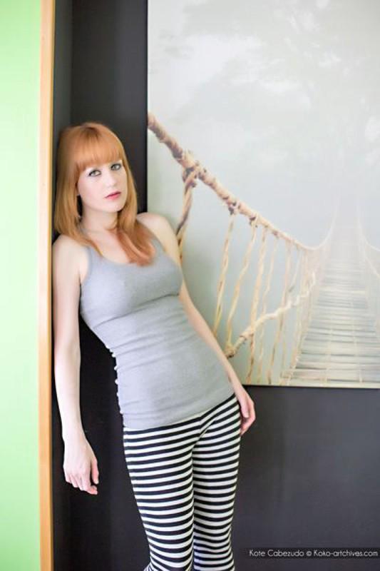Лора приспустила штаны и выставила напоказ гладко выбритый лобок смотреть эротику