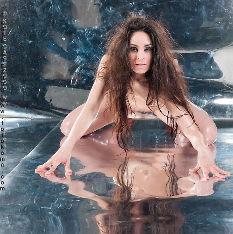 Голая принцесса теребонькает на зеркальном полу