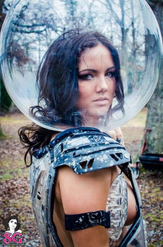 Обнаженная Нава надела на голову прозрачный шар