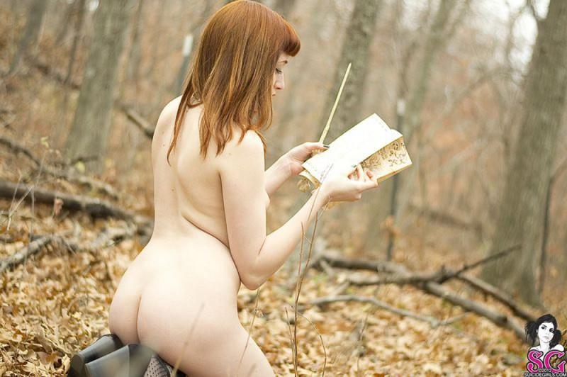 Рыжая волшебница разделась догола в осеннем лесу