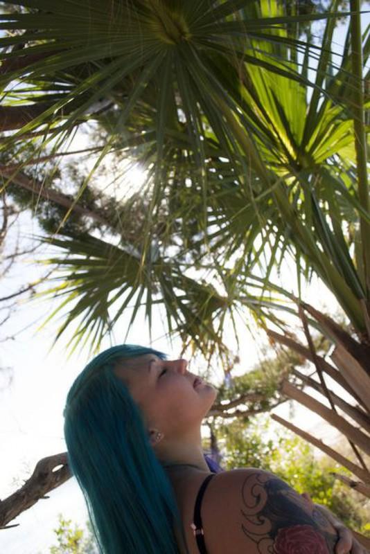 Синеволосая Келла оголилась у воды