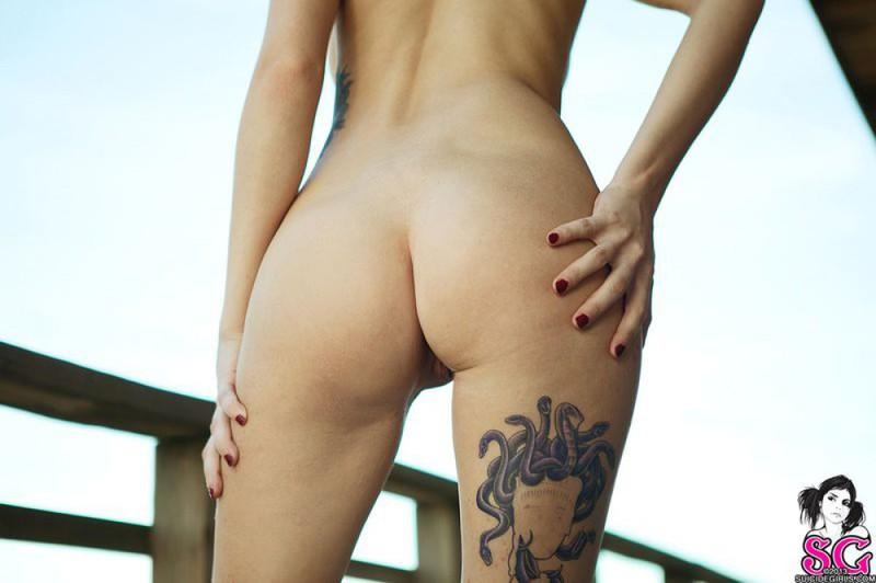 Сексуальная баловница снимает с себя лишнее на веранде