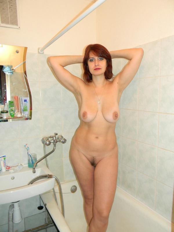 Грудастая дамочка зашла в ванную после пляжа