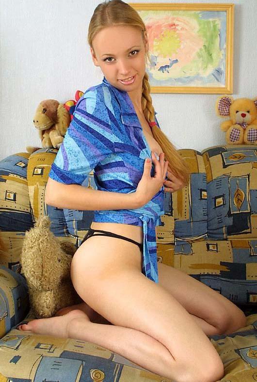 19-летняя тёлка с небритой киской повернулась боком