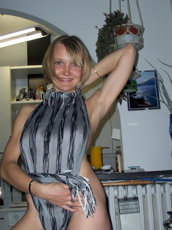 Взрослая тёлка занимается йогой догола сняв одежду