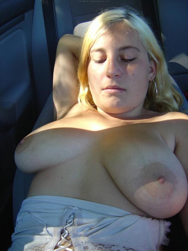 Модель со свелыми волосами впустила писюн в мохнатую письку прямо в авто смотреть эротику