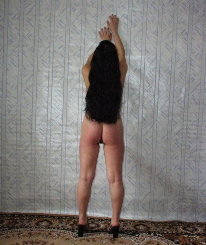 Большегрудая шатенка сфотографировала сиськи около стены