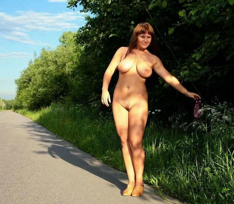 Красивая девка бахвалится сиськами на станции секс фото