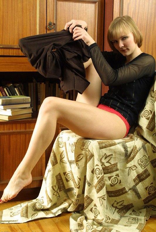 Поэтесса разделась догола возле шкафа с книгами
