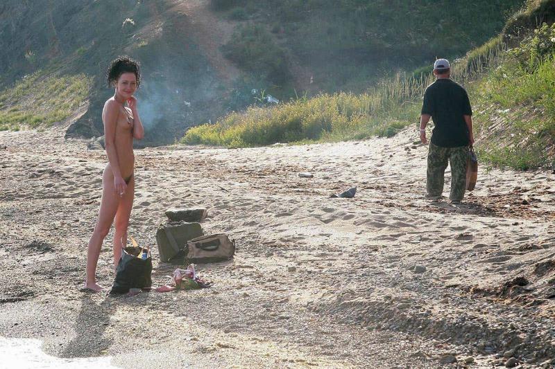 2е тетки с мохнатыми кисками проводят время на песке