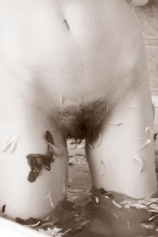 Девка бреет неимоверно лохматую вульву в ванне