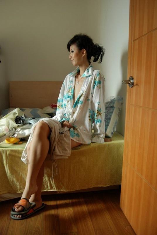 Азиаточка жаждет скинуть халатик будучи в домашних условиях смотреть эротику