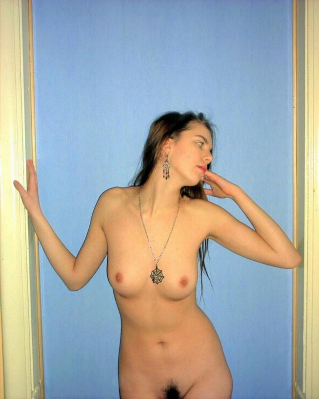 В квартире тёлка надела на голенькие сиськи костюм в сеточку