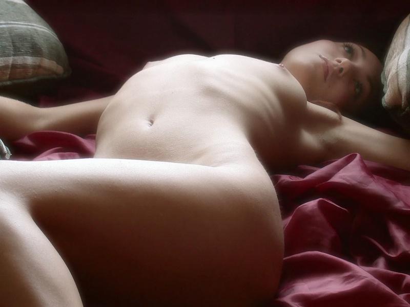 Настя с небритой вагиной разлеглась в койке