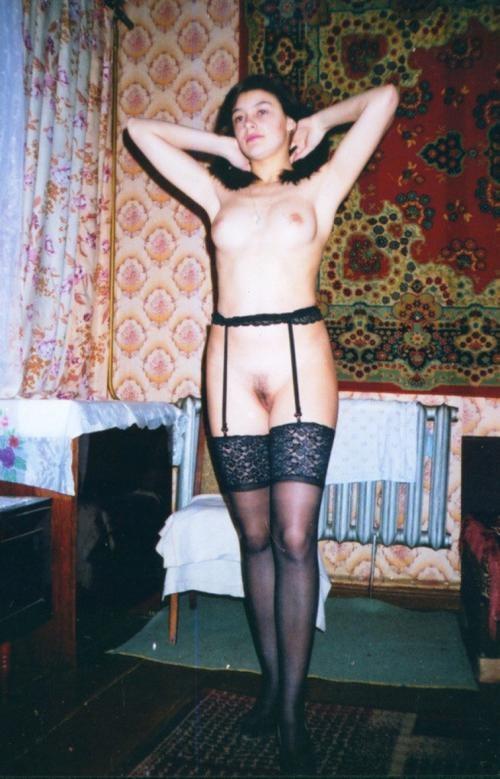 Ретро-девушка в чулочках показывает мохнатку в квартире