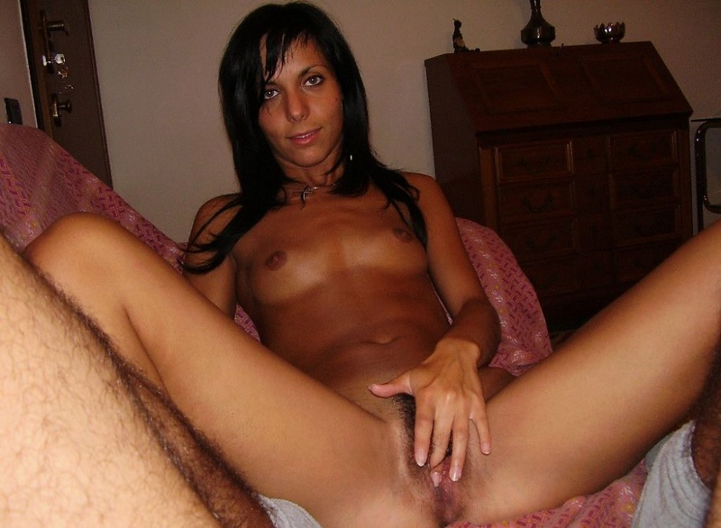 Худая брюнетка на диване бахвалится лохматой киской секс фото