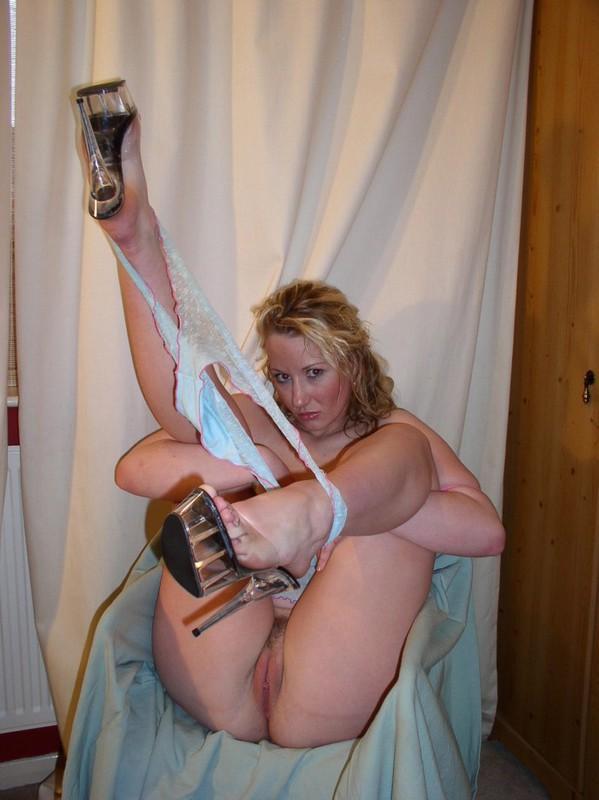 Возбужденная светлая порноактриса на полу задрала побритые ноги