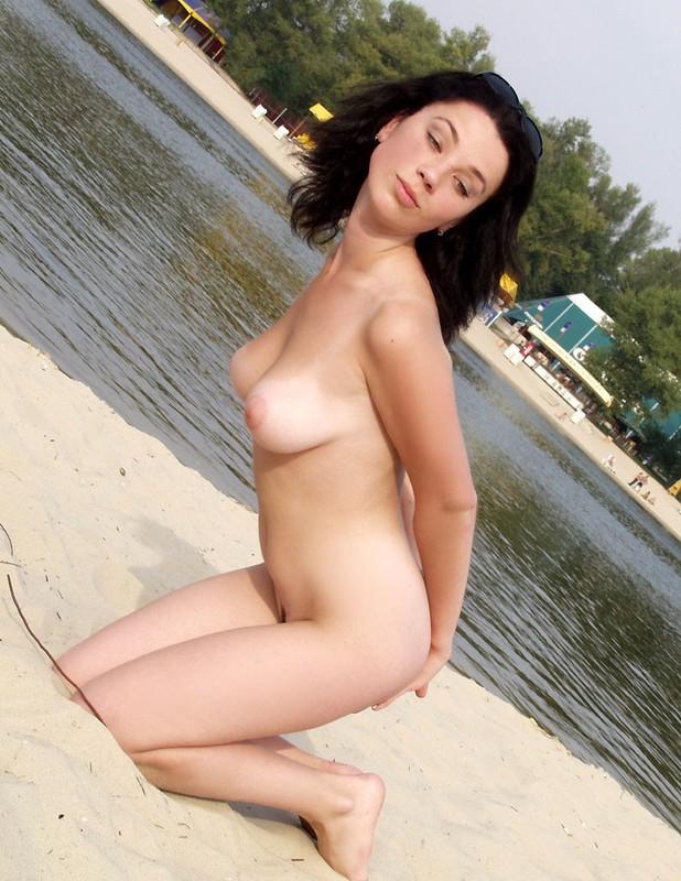 Подтянутая красавица расположилась на нудистском песке