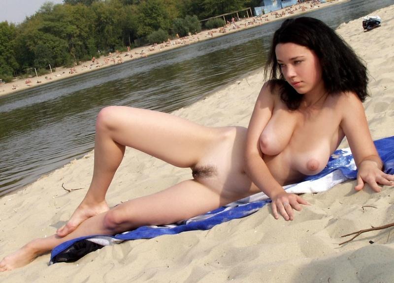 Стройная красотка расположилась на нудистском пляже