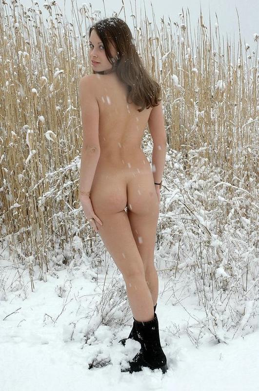 Сельская принцесса распахнула шубу в зимнем лесу смотреть эротику