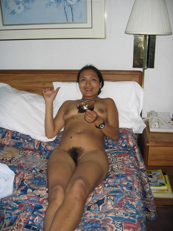 Раздетая индуска развлекается в номере после дня на море