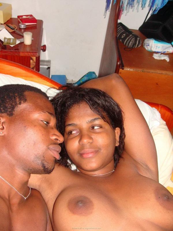 Негритянка лежит на спине не прикрыв волосатую манду