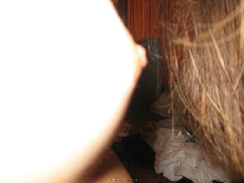 Обнаженная модель сушит волосы в отеле после душа