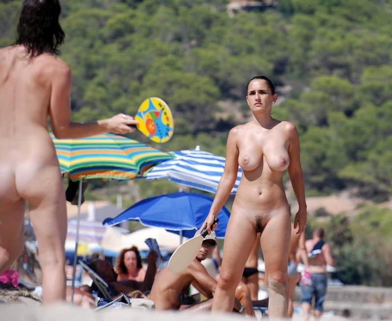Раздетые нудистки играют на пляже в эротичный бадминтон