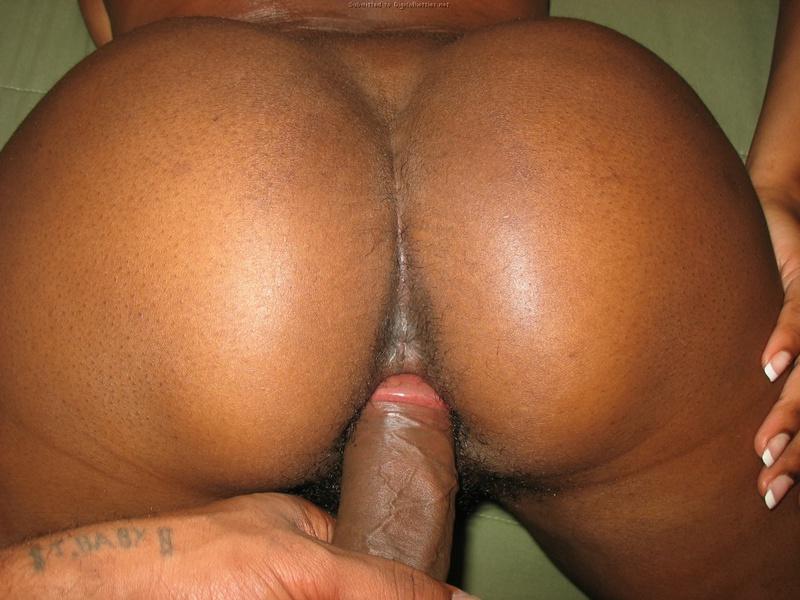 Негритянка бахвалится мохнатой писькой во время интимной близости