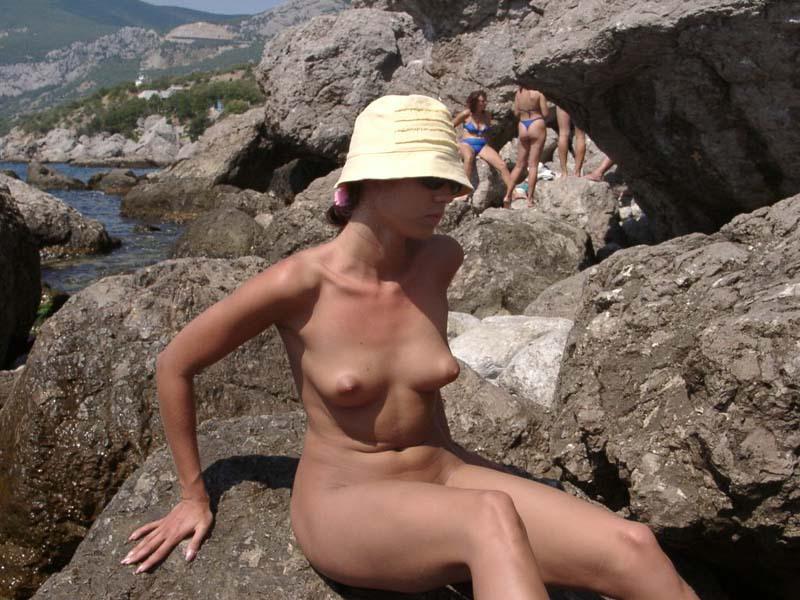 Туристке стало жарко и она разделась на камнях