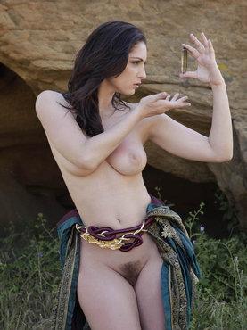 Черноволосая Амазонка У Алтаря Рассматривает Кристалл Сексуальности