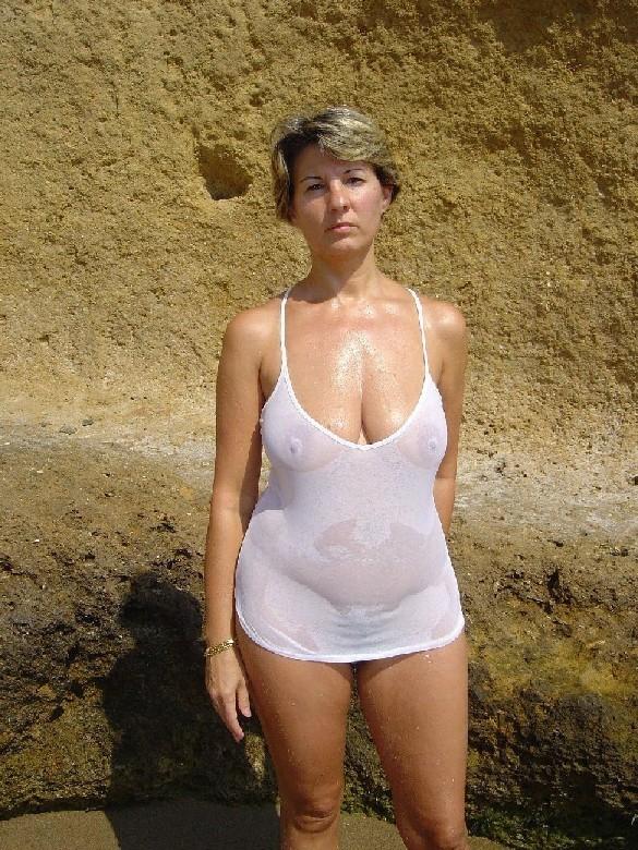 Возрастная мадам не носит лифчик в отпуске