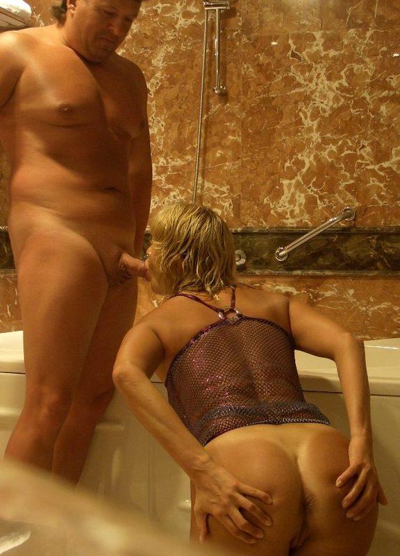 Зрелая блонда лижет очко мужа в ванной