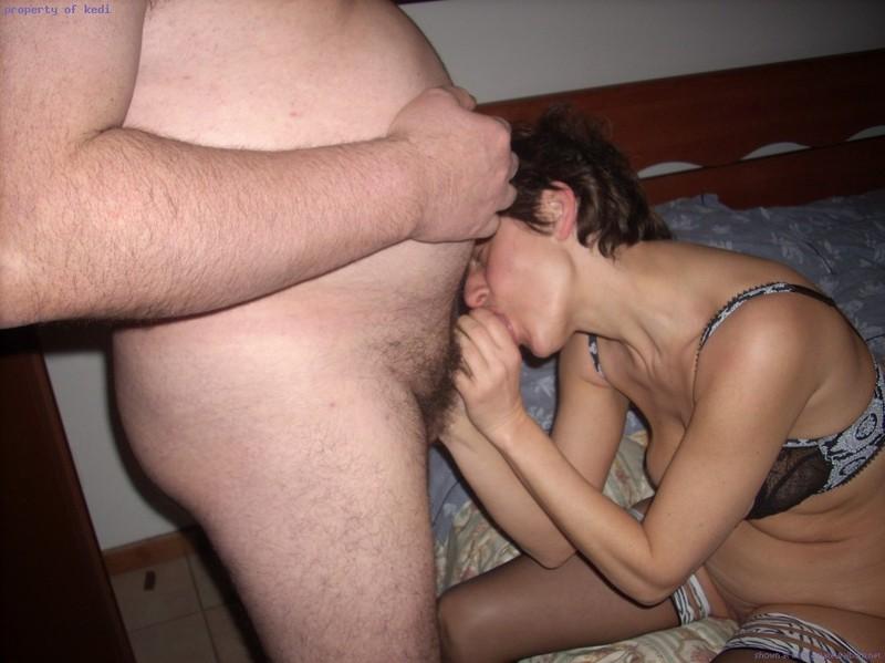 Два мужика трахают старую давалку в спальне