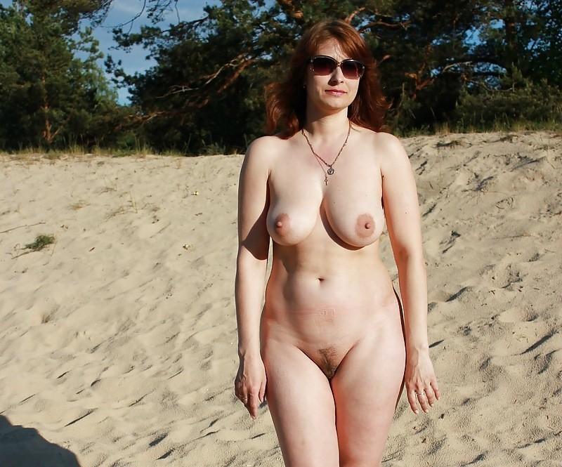 Зрелая женщина ходит голышом по лесу показывая большие титьки
