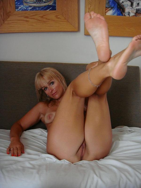 Возрастная блондиночка показала писю расставив ножки