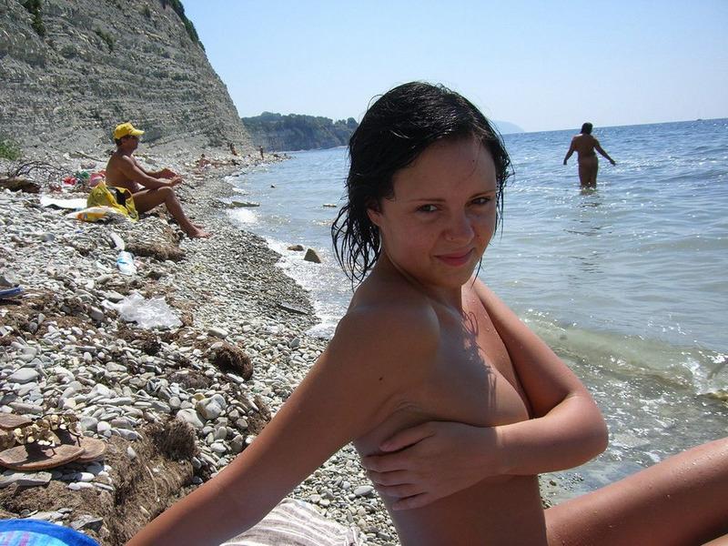 Молодая чика голышом отдыхает на море