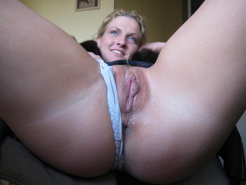 Усевшись в кресло, Марина отодвинула бикини чтобы продемонстрировать пилотку