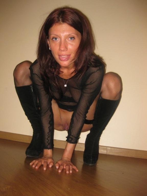 Опытная леди в нижнем белье снимается на кухне