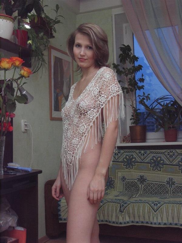 Зрелая зрелка трогает сексуальный наряд полностью обнаженной