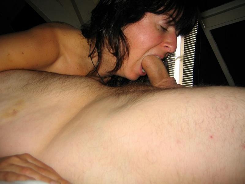 Задирая ноги мамочка показывает изящную пилотку